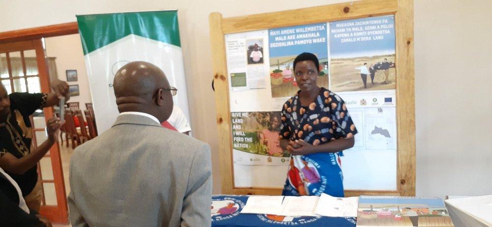 Une femme du district de Kasungu, l'une des zones pilotes, explique son expérience du processus d'attribution des titres de propriété